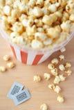 Popcorn en twee bioskoopkaartjes Royalty-vrije Stock Afbeeldingen