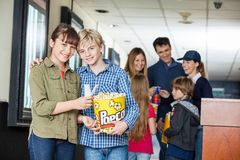 Popcorn felice di And Sister Holding del fratello al cinema immagini stock