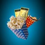 Popcorn, Filmkarten, clapperboard und andere Sachen in der Bewegung lizenzfreie stockfotos
