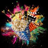 Popcorn, Filmkarten, clapperboard und andere Sachen in der Bewegung lizenzfreie stockbilder