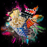 Popcorn, Filmkarten, clapperboard und andere Sachen in der Bewegung stockfoto