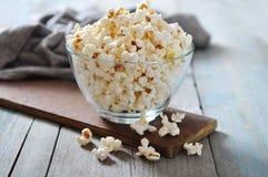Popcorn in glaskom royalty-vrije stock afbeelding