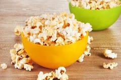 Popcorn in heldere plastic kommen Stock Afbeelding