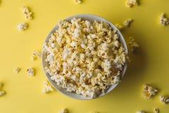 Popcorn i bunke på guling, bästa sikt royaltyfri foto