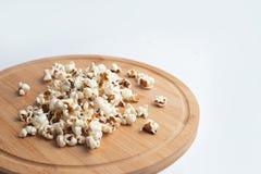 Popcorn i bunke på vit bakgrund arkivfoton