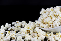 Popcorn i bunkeisolat på svart Royaltyfria Foton