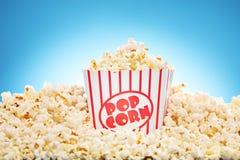 Popcorn i den klassiska asken som flödar över med nytt poppad havre fotografering för bildbyråer