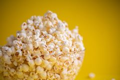 Popcorn i en bunke arkivfoto