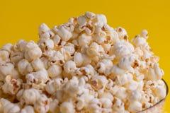 Popcorn i en bunke arkivbild