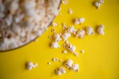 Popcorn i en bunke royaltyfria foton