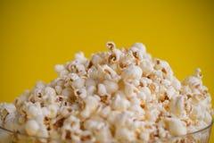 Popcorn i en bunke arkivfoton