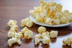 Popcorn i en korg arkivbild
