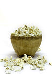 Popcorn i en trähink på vit bakgrund Arkivbild