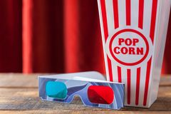 Popcorn i klassiska bioportionask och exponeringsglas 3D för Wathcin Arkivfoto