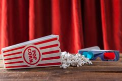 Popcorn i klassiska bioportionask och exponeringsglas 3D för Wathcin Royaltyfria Foton