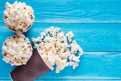Popcorn i pappers- koppar Arkivbilder