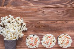 Popcorn i pappers- koppar Arkivbild