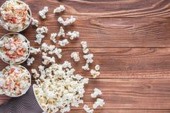 Popcorn i pappers- koppar Royaltyfria Bilder