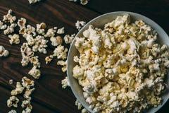 Popcorn i platta på trätabellen, bästa sikt royaltyfri fotografi