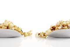 Popcorn i skopor arkivbilder