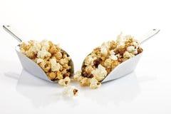 Popcorn i skopor royaltyfria foton
