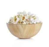 Popcorn i träbunken som isoleras på vit bakgrund Arkivfoton