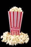 Popcorn im Beutel mit Popcorn herum lizenzfreie stockfotografie