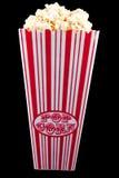 Popcorn im Beutel mit schwarzem Hintergrund lizenzfreies stockbild