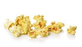 Popcorn isolato sui precedenti bianchi Immagine Stock