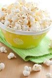 Popcorn in kom stock afbeelding