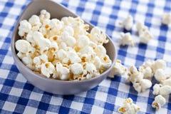 Popcorn in kom stock fotografie
