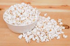 Popcorn in kom royalty-vrije stock afbeeldingen