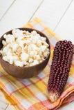Popcorn in kom Stock Afbeeldingen