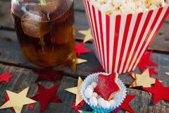 Popcorn, konfekt och drink med 4th det juli temat Royaltyfri Foto