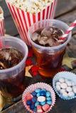 Popcorn, konfekt och drink med 4th det juli temat Royaltyfria Foton