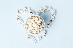 Popcorn lade ut i formen av en hjärtanärbild, bästa sikt royaltyfria bilder