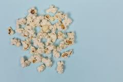 Popcorn, Lebensmittel, Snack, köstlich, geschmackvoll, Muster, blauer Hintergrund Beschneidungspfad eingeschlossen lizenzfreies stockfoto