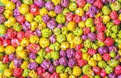 Popcorn luminoso del caramello Popcorn multicolore Ambiti di provenienza e strutture Fotografia Stock Libera da Diritti