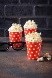 Popcorn med exponeringsglas 3d på mörk bakgrund Royaltyfria Foton