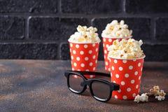 Popcorn med exponeringsglas 3d på mörk bakgrund Royaltyfria Bilder