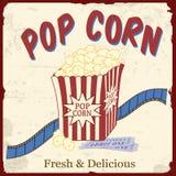 Popcorn med filmremsan och film etiketterar affischen Royaltyfri Foto