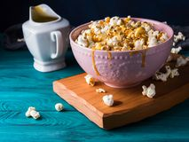 Popcorn med karamell i bunke på mörk bakgrund Royaltyfria Foton