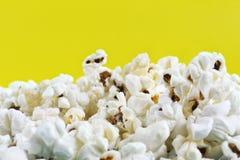 Popcorn med kopieringsutrymmet på den gula bakgrunden Salta smaklig popcornfärgbakgrund arkivbilder