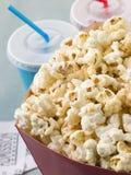Popcorn mit alkoholfreien Getränken und Kino-Karten Lizenzfreies Stockfoto