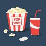 Popcorn mit Schale des Sodas und der Karte Stockfoto