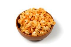 Popcorn nella ciotola marrone isolata sui precedenti bianchi Immagini Stock