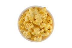 Popcorn nella vista superiore sul fondo dell'isolato Immagini Stock