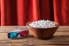 Popcorn in Nizza ciotola e vetri di legno 3D per i film O di Wathcing Immagine Stock Libera da Diritti