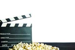 Popcorn och clapperboard fotografering för bildbyråer