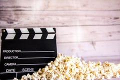 Popcorn och clapperboard arkivfoton